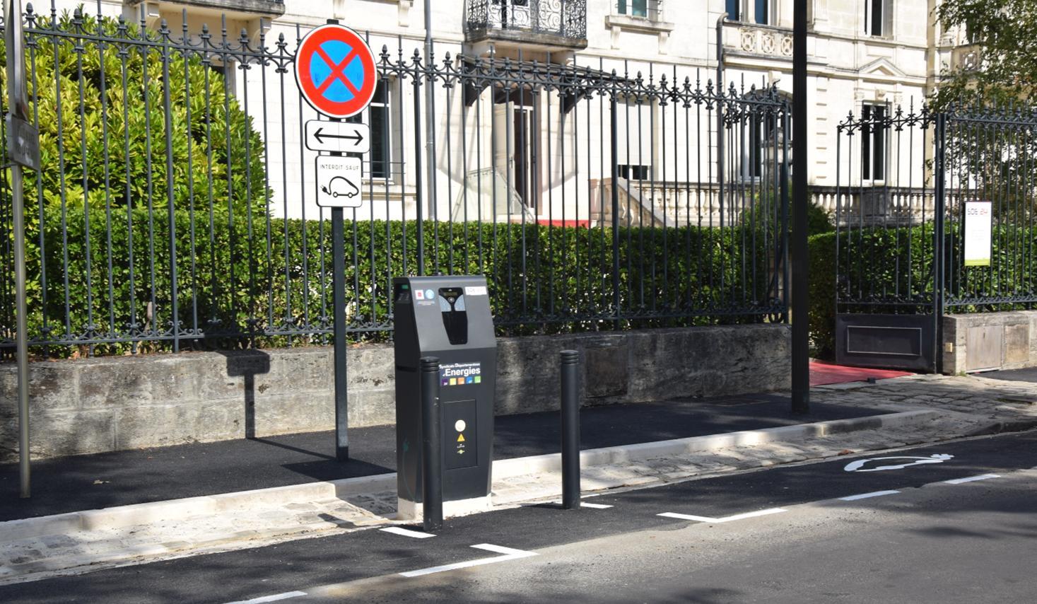 BORNE DE RECHARGE POUR VEHICULES ELECTRIQUES IMPLANTEE DEVANT LE  SDE 24