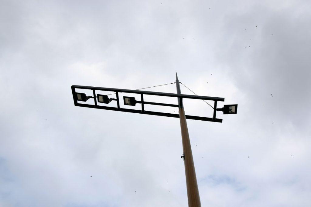Détails sur un mât gabare et ses luminaires